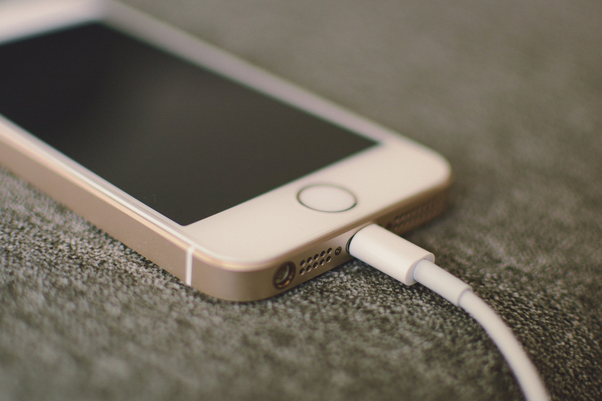 Experts warn against the use of public charging stations phone trends juice