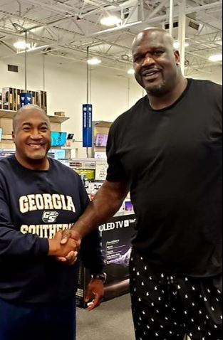 Shaquille O'Neal buys laptop for man who offered his condolences